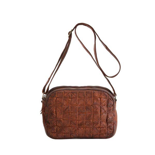 Bolso con cierre de cremallera, bandolera regulable y múltiples bolsillos en su interior,piel natural lavada diseñada en Barcelona.