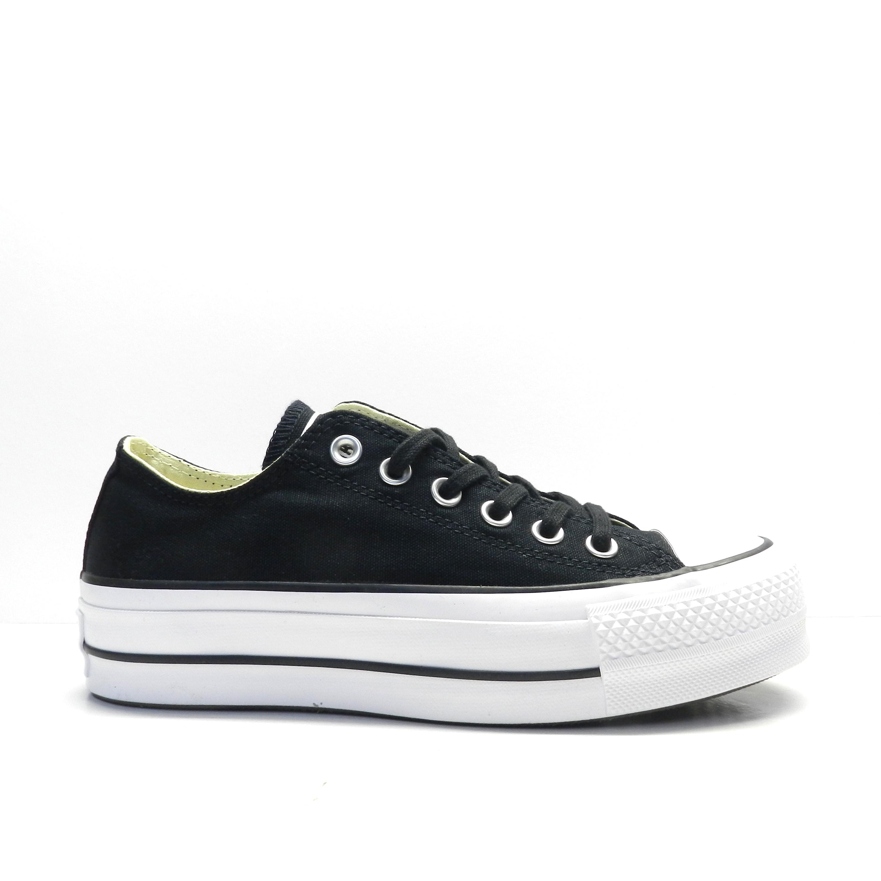 Sneakers, de lona negra con plataforma, marca converse.