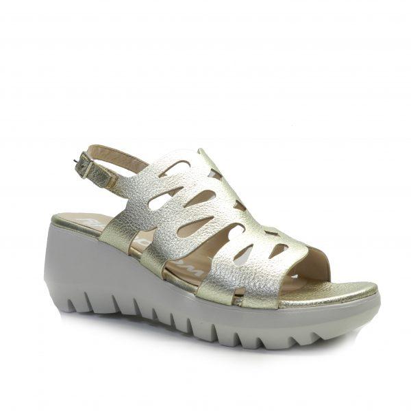 sandalias de piel con tiras cubriendo el empeine en color dorado clarito, de la marca wonders.
