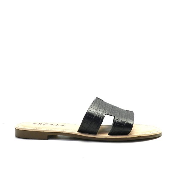 sandalia de chancla plana en piel con tira delantera gravada en coco.