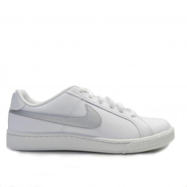 sneakers tipo tenis toda blanca con logo de color plata de la marca nike.